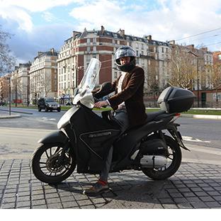 50 minutes en métro, 40 minutes en voiture, 20 minutes en scooter.